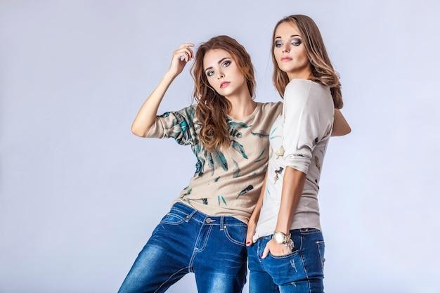 패션 두 모델 아름다운 여성 스튜디오 사진. 패션, 뷰티, 섹시, 화장, 커플, 옷, 요리 끝.