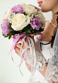 Модный свадебный букет в руке невесты
