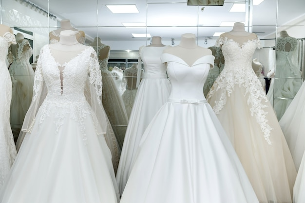 サロンでハンガーとマネキンのファッションのウェディングドレス