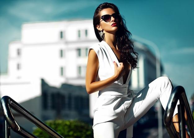거리에서 선글라스에 흰색 정장에서 패션 여자 여자 모델