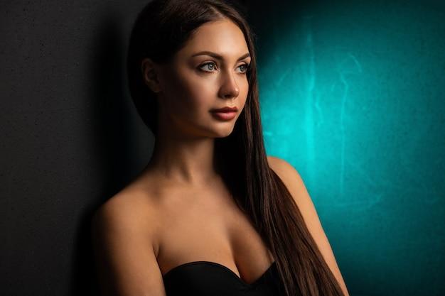 패션. 화려한 네온 불빛에 여자입니다. 디스코 바디 슈트, 메이크업에 섹시한 여자. 세련된 슬림 모델.