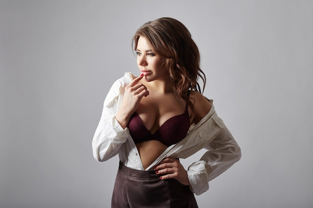 란제리와 흰 셔츠에 패션 여자
