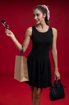 Distogliere lo sguardo della donna di moda