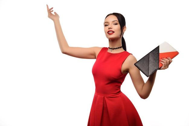Портрет женщины моды изолированный на белизне. женская красивая модель
