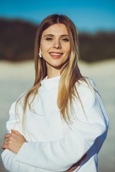 Портрет женщины моды на пляже