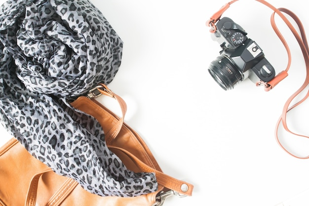 ファッション女性のアクセサリー、フィルムカメラ、ヴィンテージコンセプト、トップビュー、フラットレイは、白い背景に隔離