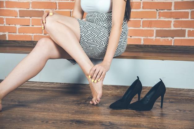 裸足で家に座っているファッションの女性