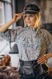 Женщина моды, стоящая в кафе