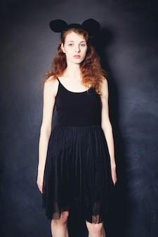 黒のドレスを着ているファッションの女性