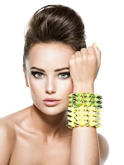 Женщина моды носить браслет с шипом