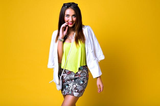 Модная женщина, носящая неоновую яркую одежду цветного блока, повседневный винтажный весенний стиль