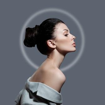 Женщина моды с пучком волос в светлом круге. идеальный профиль лица девушки, натуральная косметика для ухода за лицом