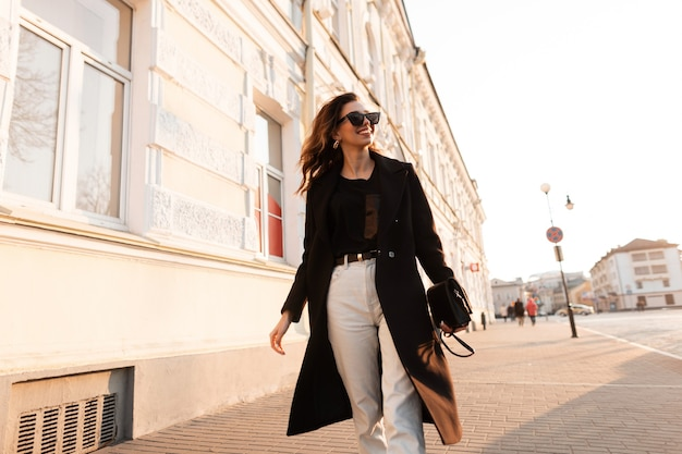 도시에서 검은 유행 옷 패션 여자