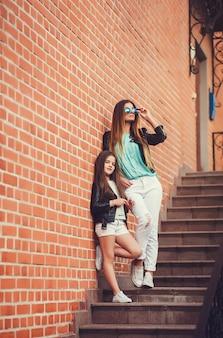 家族のファッショナブルな表情で子供の女の子とファッションの女性