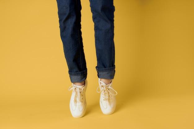 노란색 배경을 단계적으로 패션 여성 신발 자른보기