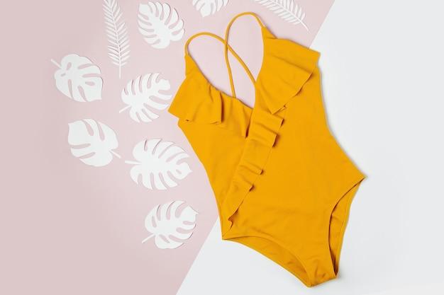 Модный желтый купальник. плоская планировка, вид сверху. концепция летних каникул.