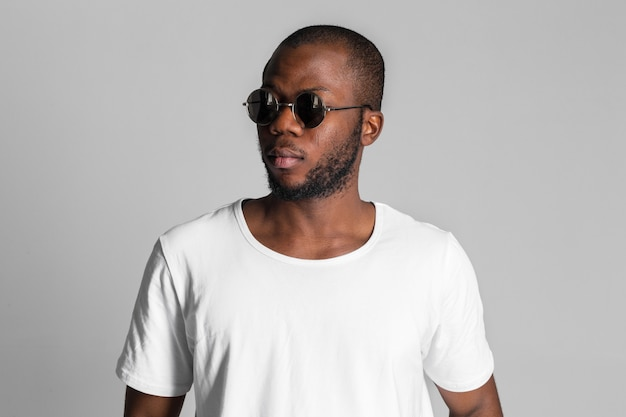 Fashion young african man wearing a sunglasses