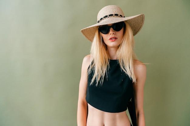 검은 속옷 포즈에서 패션 젊은 금발 모델