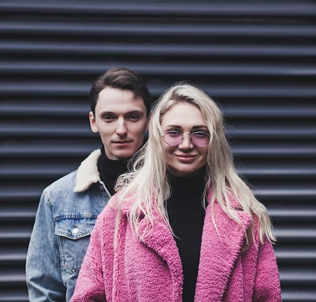 Мода молодая пара вместе в день святого валентина