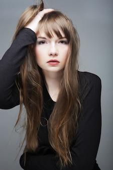Молодая модель моды позирует в студии