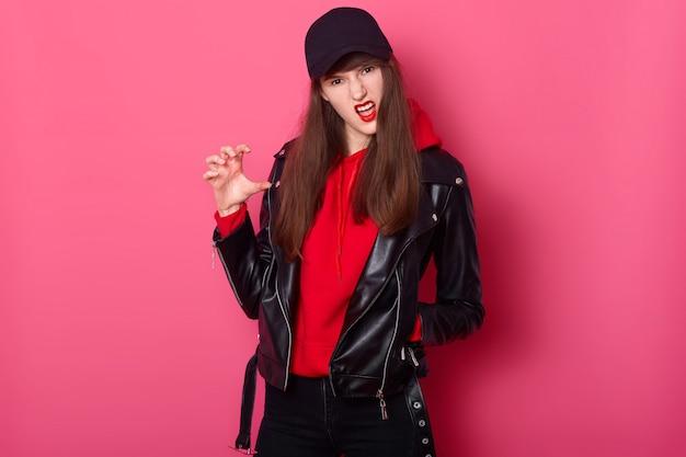 ファッションの若い十代の少女は真っ赤な口紅を使用