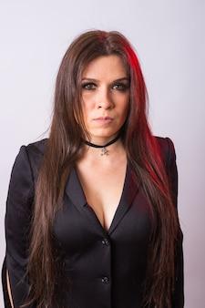 ハロウィーンパーティーに行くファッションの若い女性。魔女のカーニバル衣装。黒のドレスでセクシーな女の子の肖像画