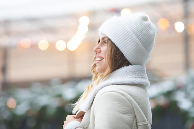 겨울 시간에 패션 젊은 여자. 크리스마스.