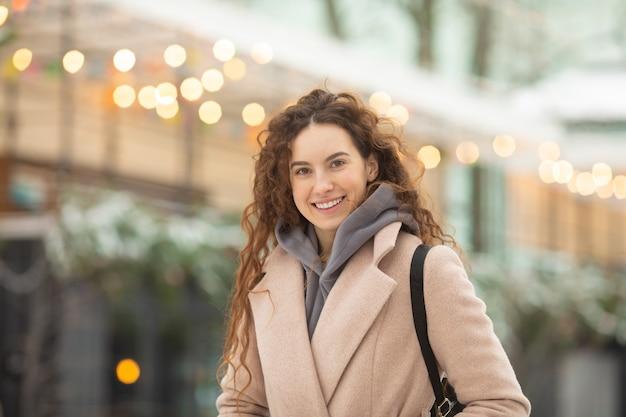 겨울 시간에 패션 젊은 여자.