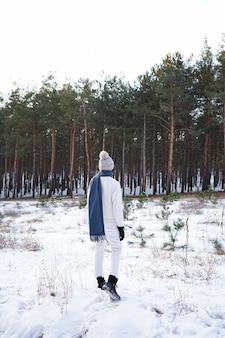 冬の森のファッション若い女性、垂直に
