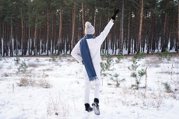 冬の森のファッションの若い女性。