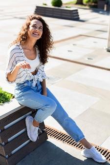探しているファッションの若い女性