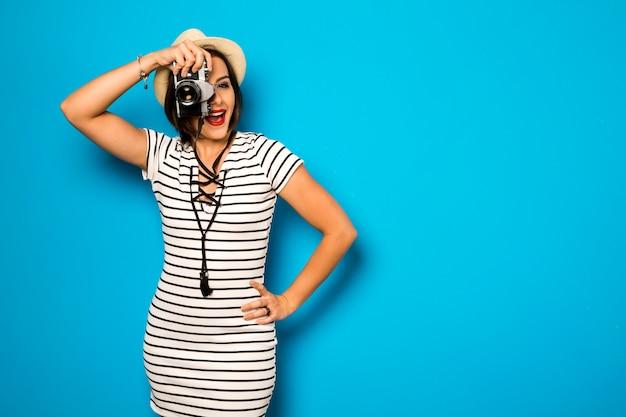 패션 젊은 여자는 오래 된 카메라로 사진을