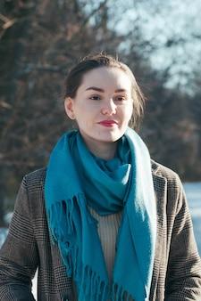 Очаровательная девушка зимних аксессуаров синего цвета fashion