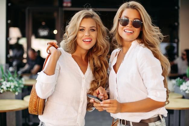 Модные и красивые победы с помощью смартфона, улыбка на камеру