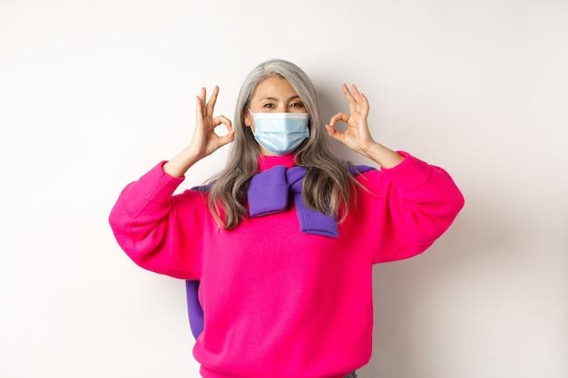 유행 아시아 늙은 여자는 의료 마스크를 착용하는 것이 좋습니다.