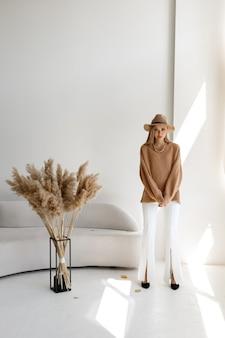 帽子をかぶったモデルのファッショナブルな秋のイメージ。秋の気分。秋のスタイルとファッション