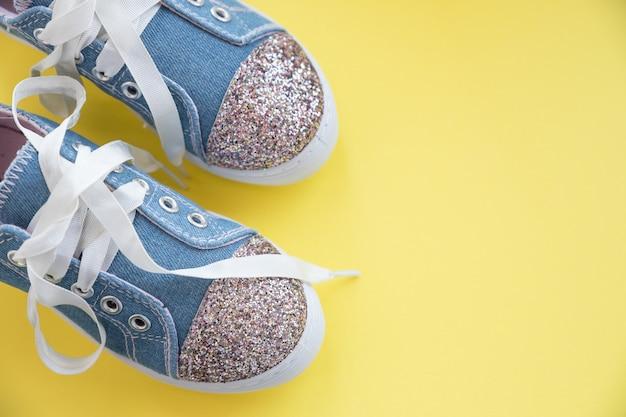 女の子のためのファッショナブルな青いスニーカー。キッズスポーツシューズ