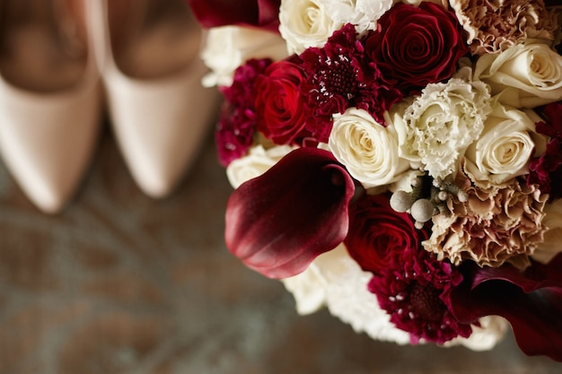 모란 장미와 이국적인 꽃의 세련된 신부 부케