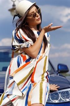 Модная брюнетка девушка возле машины