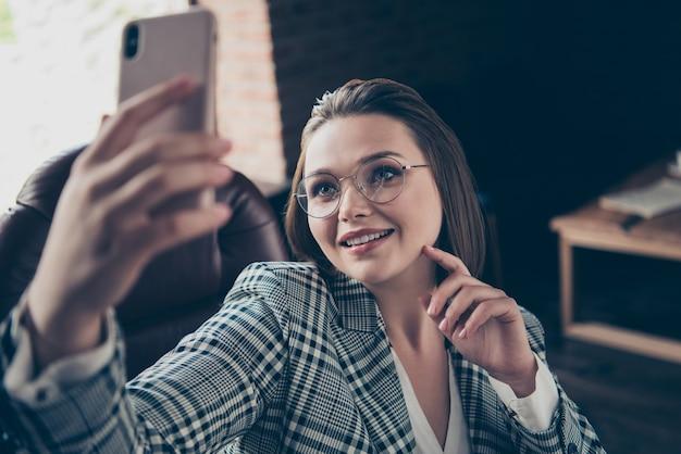 Модная деловая женщина позирует в помещении
