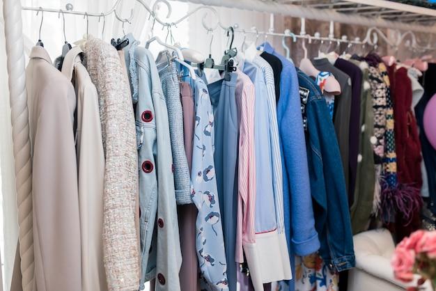 부티크 매장에서 유행하는 옷