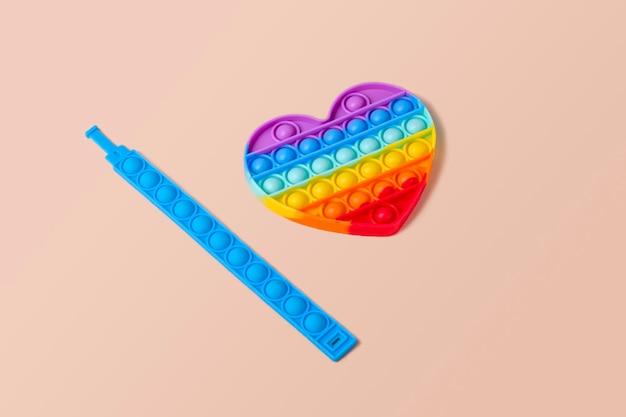ファッショナブルなカラフルなシリコンtoyantistressポップそれは虹のハートの形をしています
