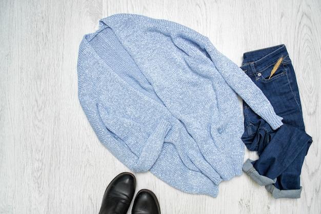 유행 개념. 블루 카디건, 신발 및 청바지