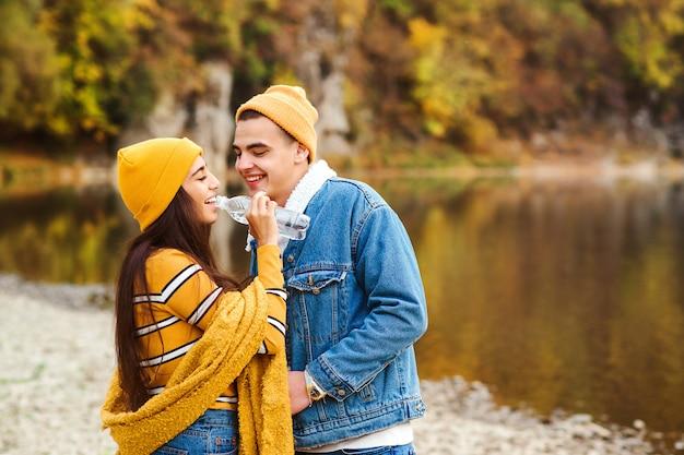 Модная пара, стоящая у озера