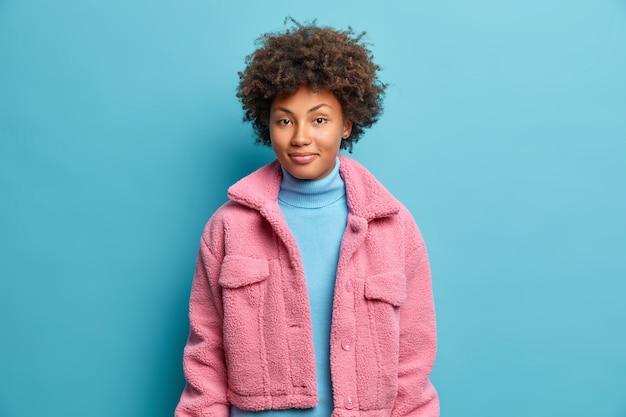 La donna dalla pelle scura alla moda ha i capelli ricci
