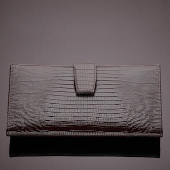 갈색 바탕에 세련된 디자이너 가죽 지갑