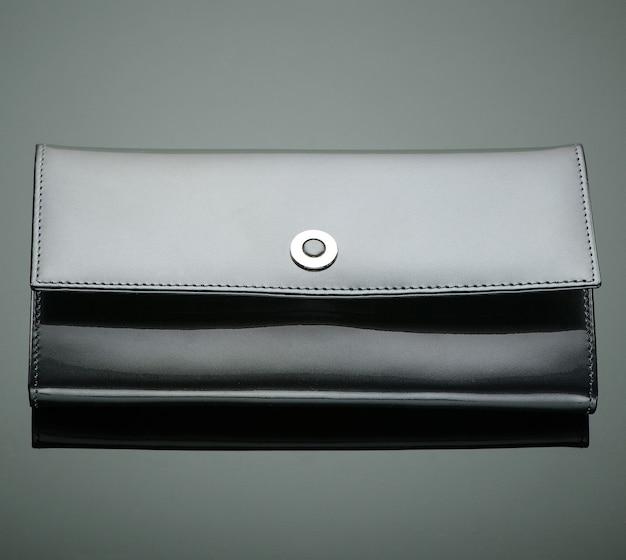 녹색 배경에 세련된 디자이너 지갑