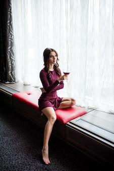 섹시 한 갈색 머리 여자의 유행 플래시 초상화 옷을 입고
