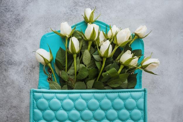 白いバラの花の花束を持つ女の子と女性のブログやウェブサイトのためのファッショナブルなフラットレイ