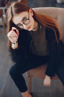 Ragazza alla moda in un caffè